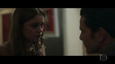 Alice se sente ameaçada por Vitor e tira satisfação com o marido