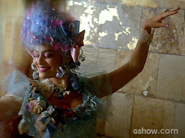 Animada, ela dança... (Foto: Divulgação/TV Globo)