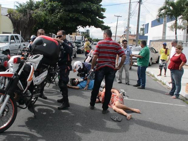 Mulher foi atingida por motocicleta quando atravessava avenida, em João Pessoa (Foto: Walter Paparazzo/G1)