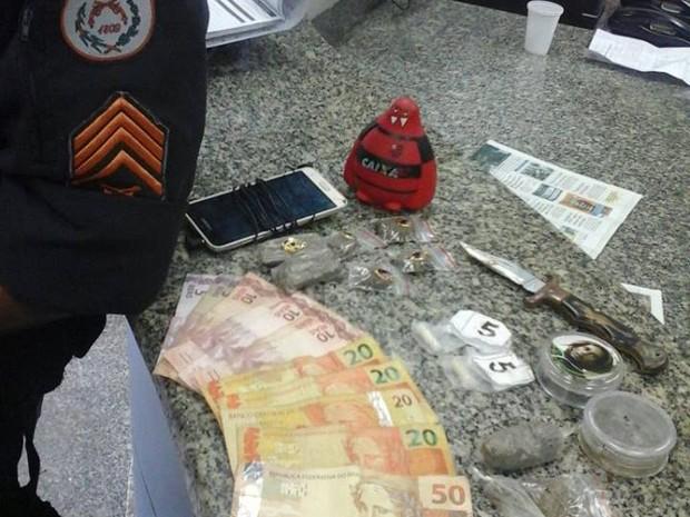 Material foi apreendido com dois suspeitos (Foto: PM / Divulgação)