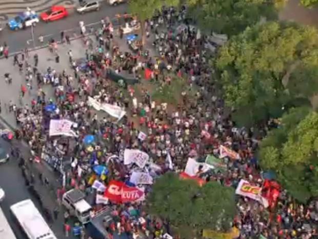 Protesto na Candelária, Rio (Foto: Reprodução/GloboNews)