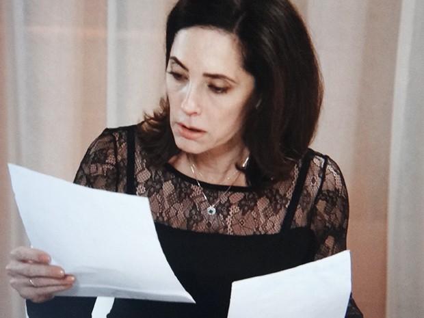 Maria Inês reconhece Laura nos desenhos de Caíque (Foto: TV Globo)