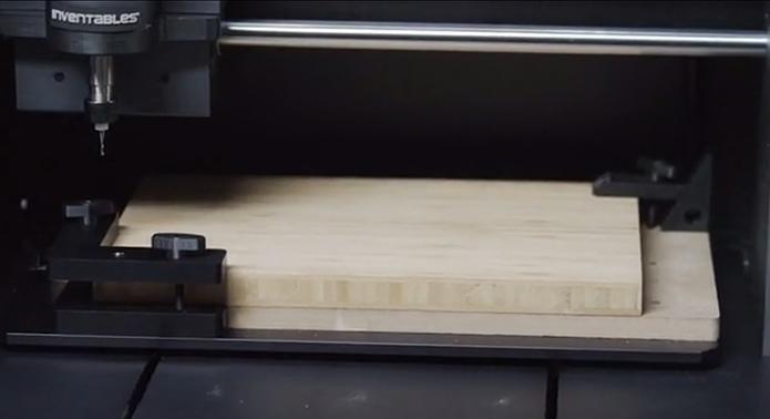 Carvey cria objetos a partir de madeira, além de metais, plásticos, entre outros (Foto: Reprodução/Kickstarter)