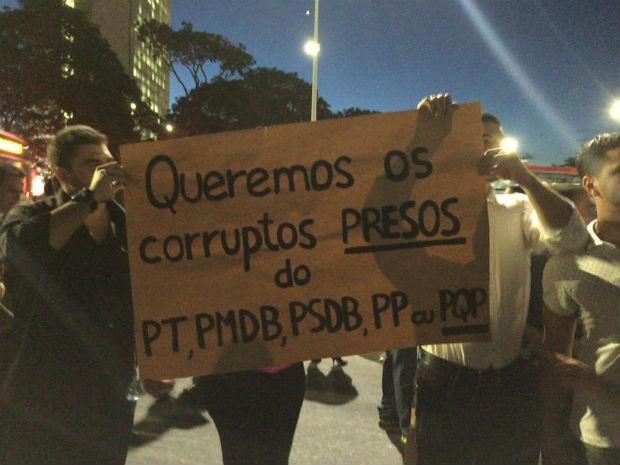 Manifestantes com faixa durante protesto na frente do Palácio do Planalto contra nomeação do ex-presidente Lula como ministro-chefe da Casa Civil (Foto: Alexandre Bastos/G1)