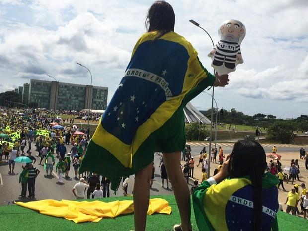 Muitos manifestantes que participam de protesto em Brasília foram ao ato com bonecos representando o ex-presidente Luiz Inácio Lula da Silva como presidiário (Foto: Jéssica Nacimento/G1)