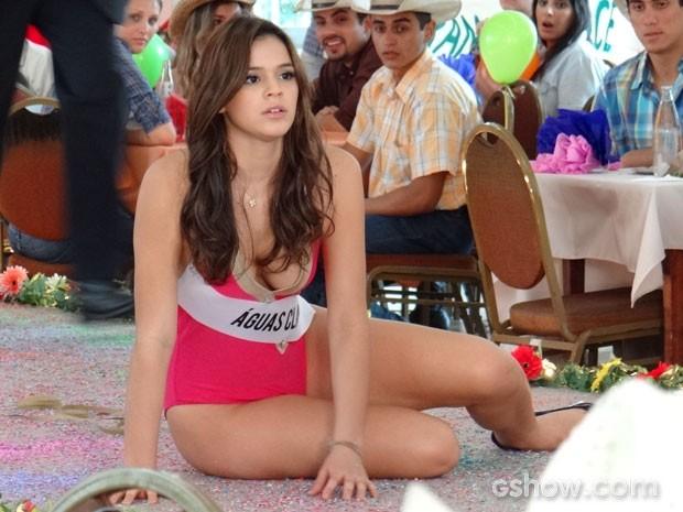 Helena tropeça ao ver Laerte na plateia e cai (Foto: Em Família / TV Globo)