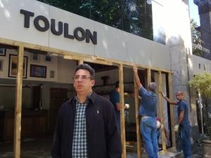 Mario Gabão, gerente de marca da Toulon, em frente à loja destruída (Foto: Lilian Quaino/G1)