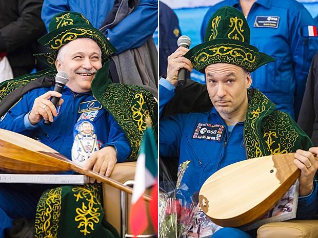 O comandante russo Fyodor Yurchikhin e o astronauta italiano Luca Parmitano ganham traje típico do Cazaquistão e instrumento chamado dombra, um tipo de alaúde (Foto: Shamil Zhumatov/Pool/AFP)