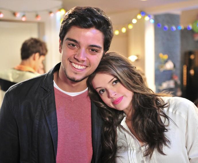 Agatha Moreira posa ao lado de Rodrigo Simas nos bastidores de Malhação em 2012 (Foto: TV Globo / Estevam Avellar)