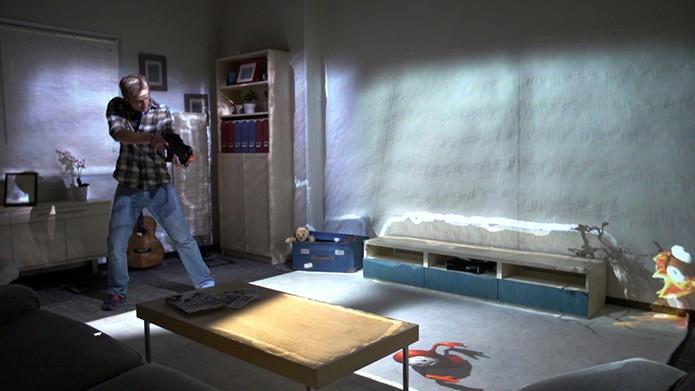 Jogador pode interagir de diversas maneiras com a projeção, como atirando (Foto: Divulgação)