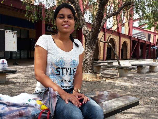 DOMINGO (9) – BELO HORIZONTE (MG) – Mariana Cristina, de 17 anos, disse que a prova de matemática será difícil porque não teve professor neste ano (Foto: Humberto Trajano/G1)