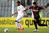 Robinho se machuca, mas Santos bate Atlético-PR e encerra má fase