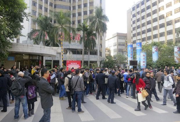 Manifestantes aglomeram-se do lado de fora da sede do jornal chinês Semanário do Sul  (Foto: Reuters)