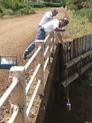 Técnicos da Cetesb recolheram amostras da água (Foto: reprodução/TV Tem)