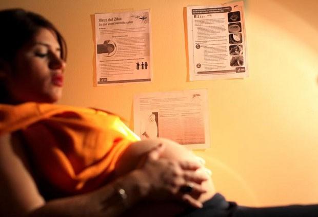Noriany Rivera, grávida de 40 semanas, realiza exames em hospital de San Juan, Porto Rico. Crescimentos de casos zika, dengue e chikungunya preocupa porto-riquenhos (Foto: Alvin Baez/Reuters)