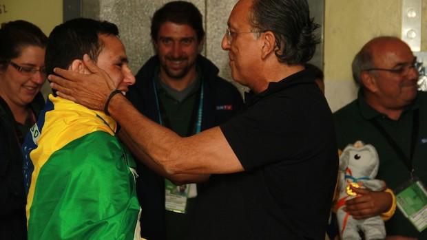 Galvão Bueno parabeniza judoca Felipe Kitadai pela medalha de bronze (Foto: Thiago Lavinas)