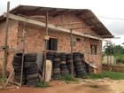 Casa com pneus velhos é denunciada por moradores em Guajará Mirim, RO