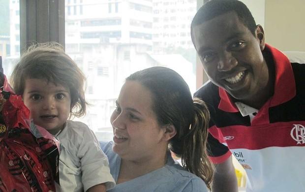 Renato Abreu com a pequena ana clara (Foto: Janir Junior / Globoesporte.com)