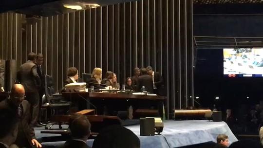 Senadoras ocupam cadeira do presidente do Senado; Eunício suspende sessão