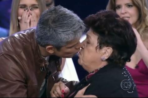 Oaviano beija Dona Dulce: 'Não gostei' (Foto: Reprodução)