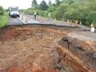 Cratera aumenta no RS e toma faixa de rodovia após desmoronamento