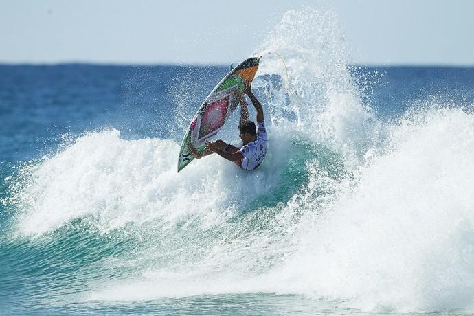 Filipe Toledo faz aéreo no round 4 da etapa de Gold Coast do Mundial de Surfe (Foto: Kirstin Scholtz / Divulgação)