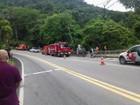 Motorista morre após caminhão cair em ribanceira em São Sebastião, SP