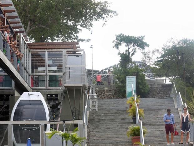 Os atores chamaram atenção durante gravação no Morro da Urca, na zona sul do Rio (Foto: Pedro Curi/Gshow)