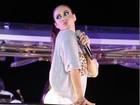 De short curtinho, Alinne Rosa deixa as pernas à mostra em show