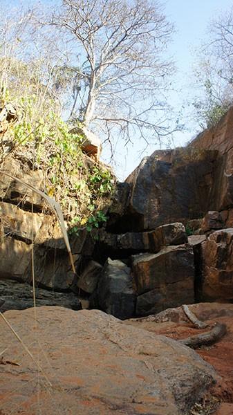 Cachoeira do Relo, que fica em Luís Gomes, possui uma queda d'água de 8 metros de altura; nascente secou a visitantes sumiram  (Foto: Anderson Barbosa/G1)