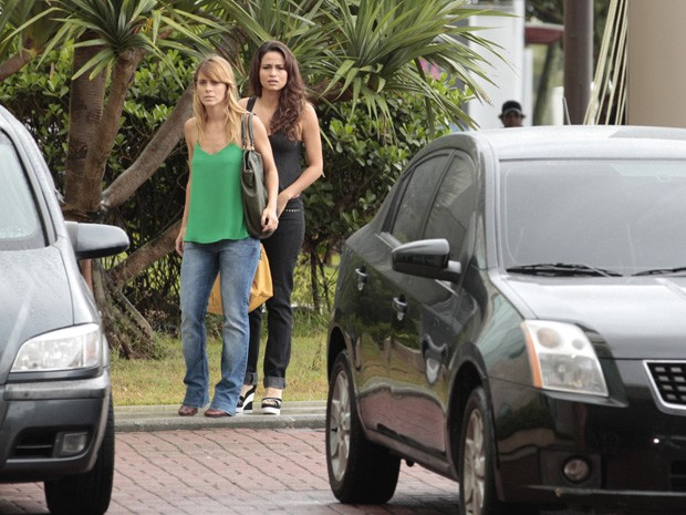 Morena acha melhor não seguir o bandido até ter certeza que aquele é o prédio (Foto: Salve Jorge/TV Globo)