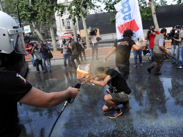 A manifestação ocorre como forma de tentar impedir a demolição do parque, último espaço verde  no centro da cidade de Istambul (Foto: AFP)
