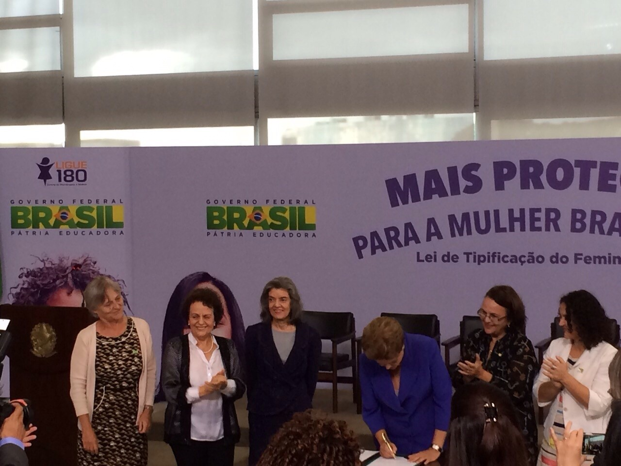 Ministra Carmem Lúcia, do STF, a ministra Eleonora Menicucci e Dilma no ato que sancionou a lei (Foto: Arquivo pessoal)
