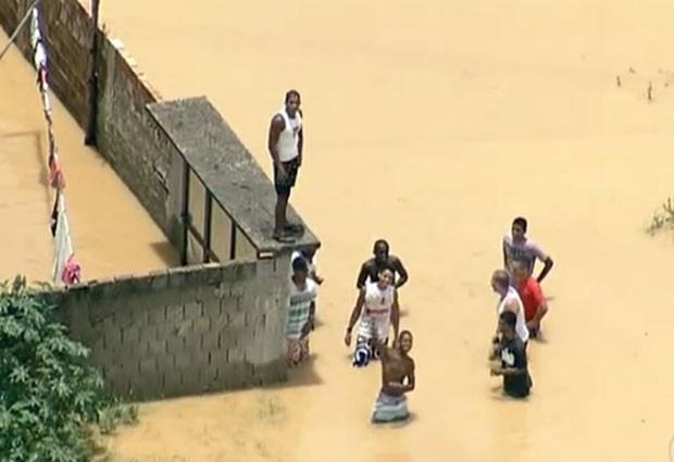 Moradores do bairro Delamara estavam ilhados em torno de 13h. (Foto: Reprodução / TV Globo)