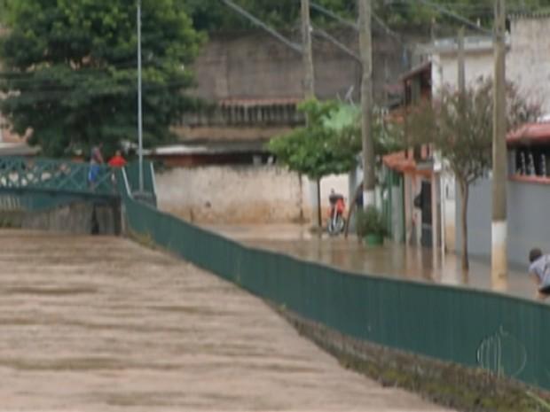 Chuva intensa causa alagamentos em Guararema (Foto: Reprodução/ TV Diário)