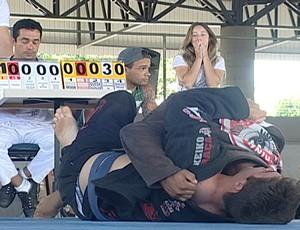 Espectadores sofreram junto durante a luta (Foto: Reprodução/TV Integração)