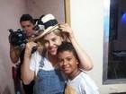 Bárbara Paz visita famílias durante ceia em favela do Rio