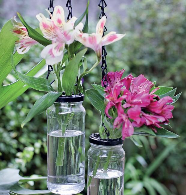 Usar potes de azeitona como vasos é uma das ideias de arranjos diferentes (Foto: Rogério Voltan)
