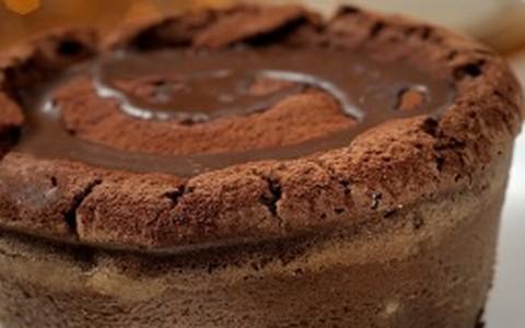 Bolo de chocolate com pedaços de lichia e framboesa