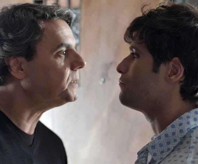Evandro vai atrás de Murilo e o enfrenta (Foto: TV Globo)
