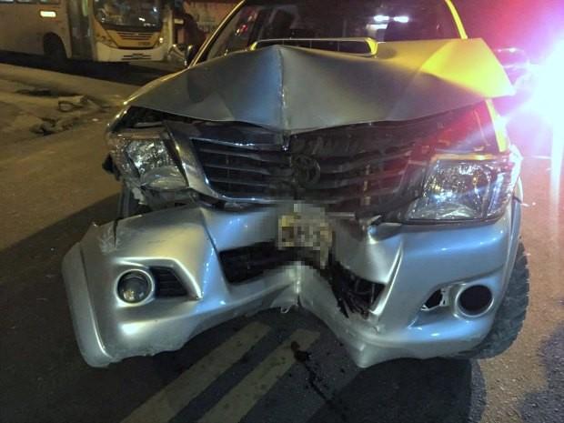 Veículo colidiu com um muro durante fuga de suspeitos  (Foto: Divulgação/PM)