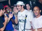 Caio Castro solta a voz em show de pagode no Rio