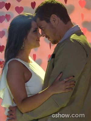 Bárbara e Murilo ficam bem próximos (Foto: Em Família / TV Globo)