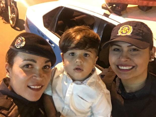 Policiais visitaram menino durante festa de aniversário (Foto: 10º BPM/ Divulgação)