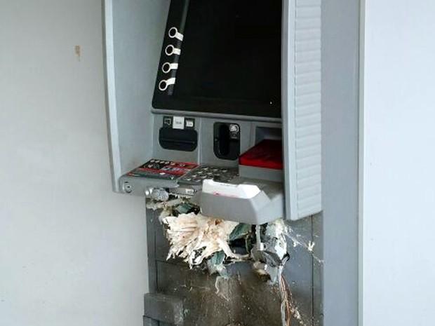 Caixa eletrônico foi estourado na madrugada desta sexta-feira (2) em Toledo, MG (Foto: Polícia Militar)