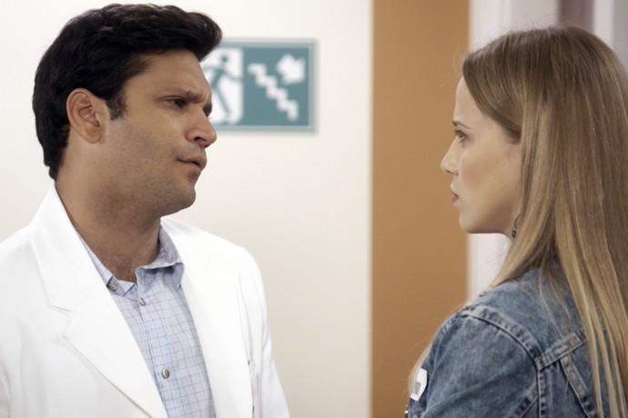 Bruno evita a loira no hospital (Foto: TV Globo)
