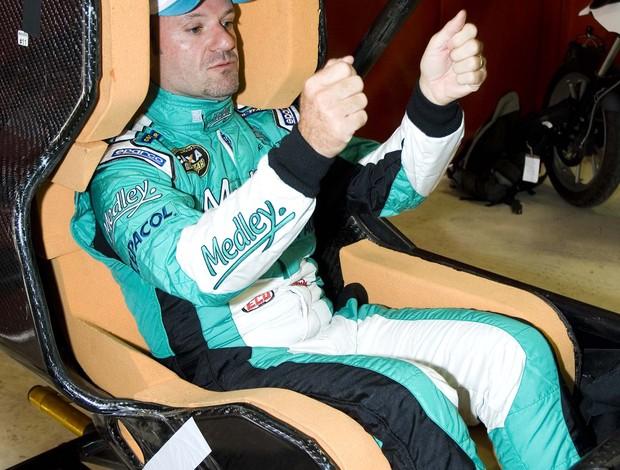 Stock Car - Rubens Barrichello experimenta o novo banco antes da estreia (Foto: Miguel Costa Jr./ divulgação)