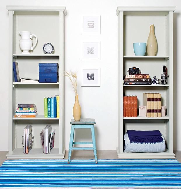 canto de uma sala branca com tapete azul