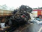 Batida entre dois caminhões mata um e deixa outro ferido em Patos de Minas