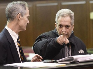 Robert Vineberg, suspeito de fornecer heroína ao ator Philip Seymour Hoffman, aponta para o fotógrafo nesta quarta-feira (5), em corte de Nova York (Foto: REUTERS/Steven Hirsch/Pool)